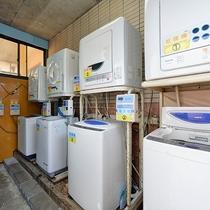 *【館内】洗濯機・乾燥機を完備したコインランドリー。