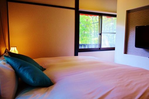 ダブルベッドルーム Double Bed Room