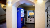 牛乳・アイス・アルコールなどの自販機がございます。