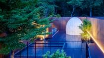 繭型スチームサウナ併設の露天風呂