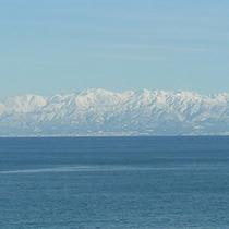 海越しに望む雪化粧した立山連峰