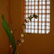 【新館】季節のお花がお出迎え。