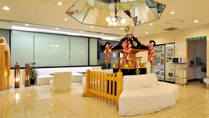 【ロビー】神輿が飾られた華やかなロビーフロント。装飾品から東北旅情を感じます。