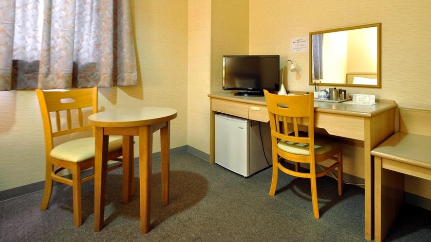 【ツインルーム【禁煙】18平米】デスクのほかテーブルの設置もございます。