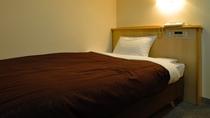 【シングルルーム】落ち着いた雰囲気の室内でお休みください。