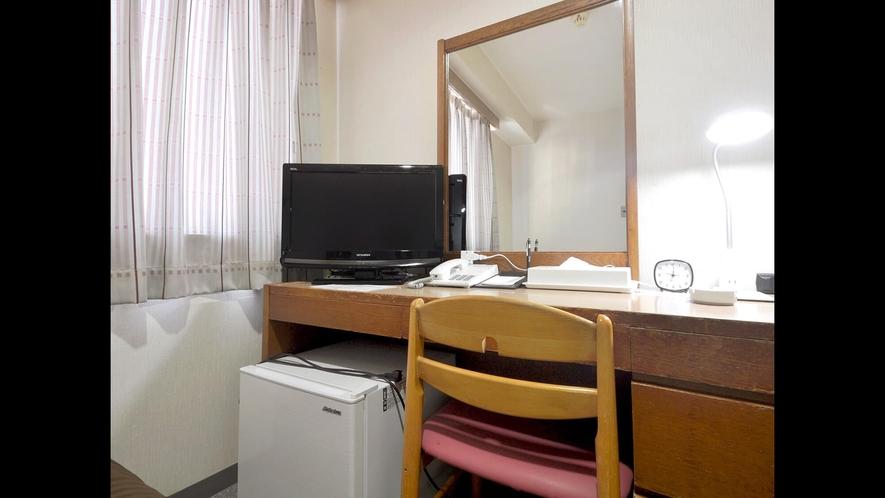 【ツインルーム<喫煙>14平米】デスク周りに便利な備品を備えております。
