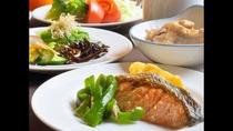 【朝食一例】朝は和食派という方は焼き魚に白飯、お味噌汁を合わせてどうぞ。