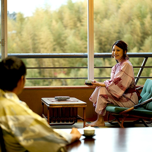 [客室]山々や町並みを眺めながらゆったりとお過ごしください。