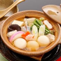 <お食事一例>丸餅にたくさんの具が入った『具雑煮』。島原の郷土料理です。