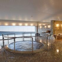 <展望大浴場>水平線を見渡して、のんびり湯浴みをお楽しみください。