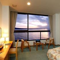 <客室一例>洋室。水平線から昇る美しい朝日。早起きしてご覧いただきたい景色です。