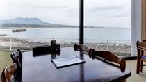 *【食事処】有明海や雲仙の山並みが一望できます。自然を眺めながら気持ちの良いお食事を。