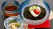 *【夕食一例】原城わかめを麺状に加工した南有馬町の特産品『ひょっつる』。つるつるシコシコの食感!