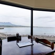*【食事処】有明海や雲仙の山並みが一望できる店内