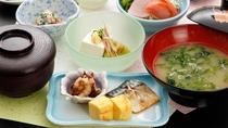 【朝食一例】地元の蔵出し味噌ととれたてのあおさやワカメのお味噌汁は絶品!