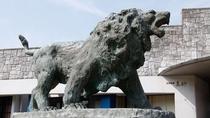 *【外観】石壁作りが特徴の当館。ライオンの像が目印です。