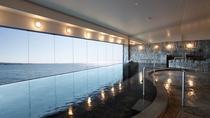 *【大浴場】海に面した浴場からは美しい有明海が広がります。まるで海の中にいるかのよう。