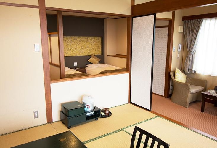 広々としたリビングと和室8~10畳の和洋室です。