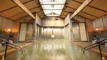 大浴場・内湯/内湯は、一艘造りでゆったりお寛ぎいただけます。