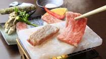 肉本来の旨味を引き出す岩塩プレートで焼き立てを/極会席・和牛食べ比べ