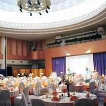 *宴会場/広々として開放感のある空間。ウェディングプランは多数ご用意がございます。