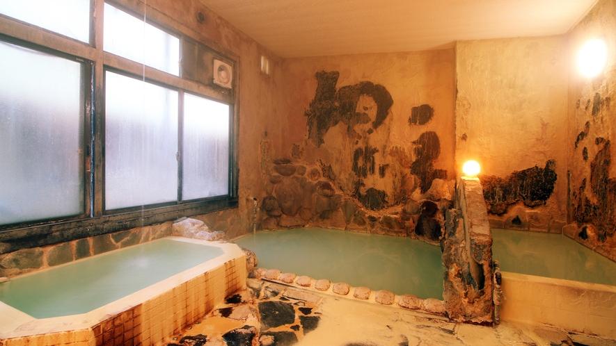 【若鹿の湯】洞窟のような浴室に立ち込める源泉湯気