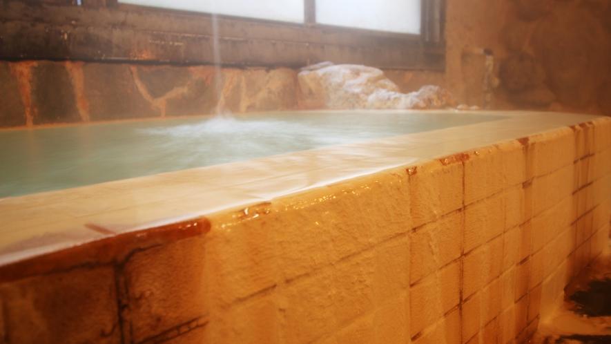 源泉かけ流しの白いにごり湯です。