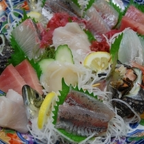 刺身盛り合わせ・別注にてもご用意出来る、常時旬の朝獲れ新鮮地魚刺身8種盛り合わせ(2人分¥2500)