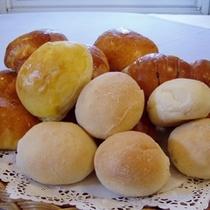 夕食・自家製の焼きたてパンは熱々!