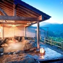 【温泉露天風呂】静けさの中、湯が滾々と湧き出る音を聞く明け方の露天風呂。オススメです。