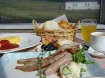 朝食は卵・肉料理、サラダ、フルーツ、パンorライス、珈琲をとっても清清しい展望レストランで♪