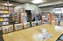 宿泊者無料の、まんが図書館には1万冊の本があるよ