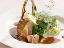 夕食は、地元の季節素材をふんだんに使ったコース料理を・・・