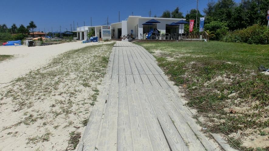 ビーチに入っても一部このような通路有