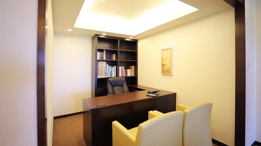 ロイヤルスイートルームの客室内書斎