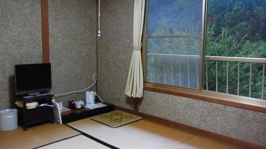 *【客室一例】窓の外には山が広がる純和風のお部屋。