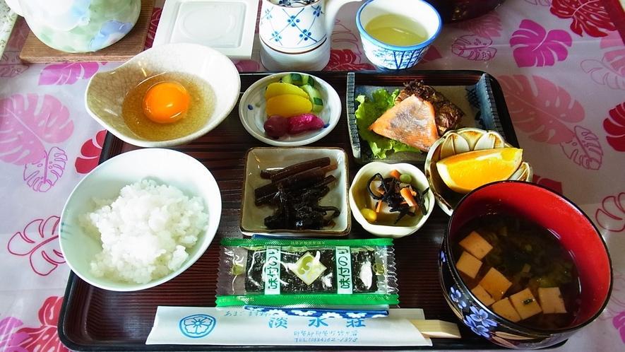 *【ご朝食一例】自家栽培野菜や山菜も登場する純和風の朝ごはん。