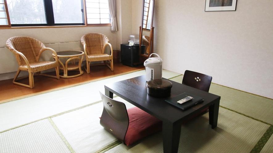 *【和室8畳】純和風の空間からは、四季折々の自然を望むことができます。