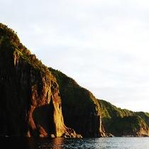 【断崖絶壁】夕陽に照らされた断崖絶壁はその日1日を物語っているよう。