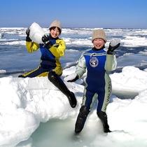 【流氷ウォーク】流氷ウォークでは実際に流氷を触ることもできちゃいます☆氷の重たさにびっくり!