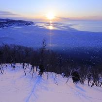【流氷を見おろす】オホーツク海に流氷が押し寄せ、太陽に照らしだされる幻想的な世界