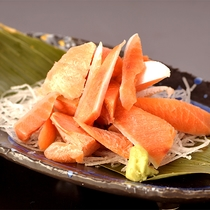【鮭児のルイベ】北海道の郷土料理であるルイベ。凍らすことによって鮭の風味が増し、旨味が広がります。