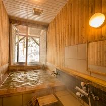 【貸切風呂:檜】天然檜の香りで心癒される空間。誰にも邪魔されない贅沢な時間をどうぞ♪
