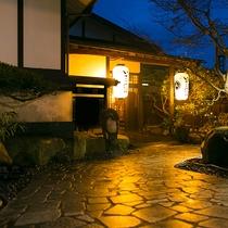 【外観】なぜか、どこか懐かしさを感じさせる風景。昔ながらの日本を味わえる空間がここに。