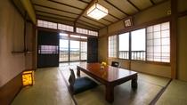 【桐の間】窓の多い開放感のある角部屋。四季折々の那珂川の表情の変化をご堪能ください。