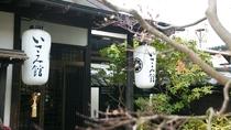 築150年を越える古民家の梁を移築した宿です。