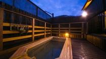 【男性露天風呂】那珂川のせせらぎが耳に心地よく響く中、芯までゆっくり温まる、最高の贅沢がここに。