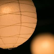 【館内施設】奈良時代から受け継がれる烏山和紙。その風合いが、明かりも温かなものへと変えていきます。