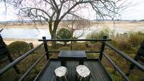 【1階テラス付き客室】テラスからは那珂川を望むことができ、安らぎのひとときをお過ごしいただけます。