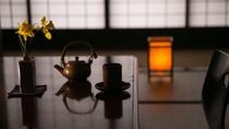 【2階角部屋客室】徳川家由来の小砂焼の急須と湯呑で一服。普段はできないお話をしてみてはいかがでしょう